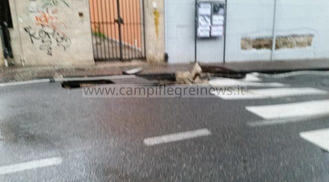 POZZUOLI/ Voragine in via Rosini: chiusa. Allagato l'incrocio vicino all'ospedale Santa Maria delle Grazie