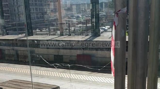 QUARTO/ Baby gang distrugge i vetri delle panchine alla stazione della Circumflegrea, indagano i carabinieri - LE FOTO