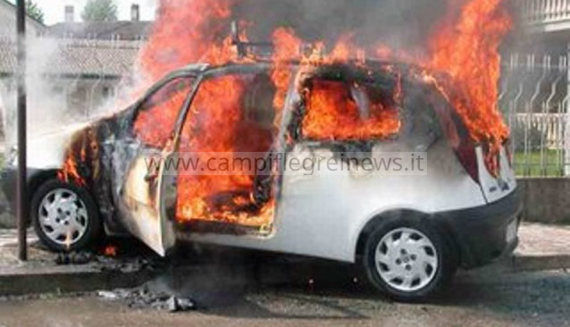 ULTIMORA/ Auto incendiata a Lago Patria, probabile origine dolosa: sul posto i vigili del fuoco