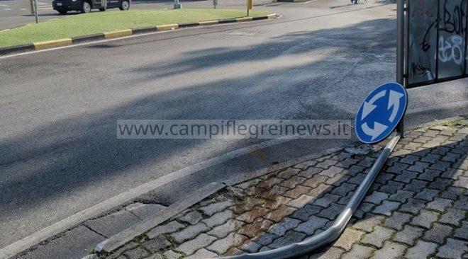 QUARTO/ Abbattuto un palo delle indicazioni stradali da un auto condotta da giovani drogati