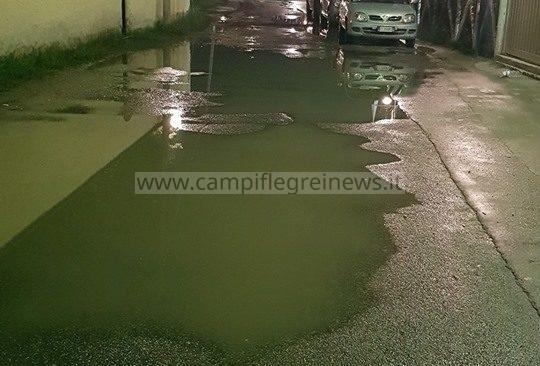 VARCATURO/ Non piove da giorni, ma la traversa 303 di via Ripuaria sprofonda ed è allagata|FOTO
