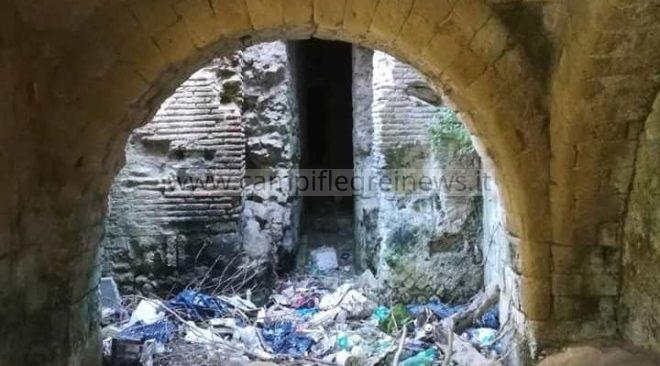 POZZUOLI/ Villa Avellino? No, Villa della Munnezza: vergognoso il degrado di un patrimonio cittadino - LE FOTO
