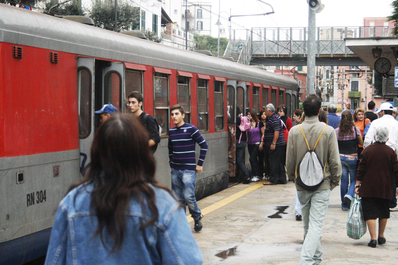 Guasto a treno della Cumana a Pozzuoli, passeggeri costretti a tornare a piedi in stazione