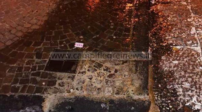 """BACOLI/ """"Perdita d'acqua da tre giorni in via Gaetano De Rosa, nessuno interviene e io pago"""" - LE FOTO"""