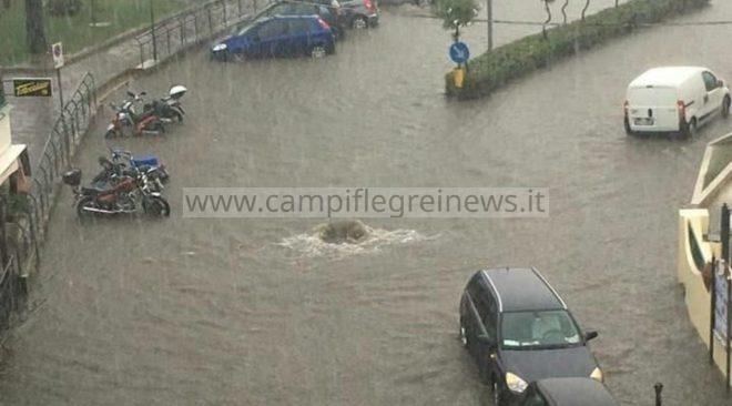BACOLI/ Via Lungolago diventa un fiume di acqua e fogna
