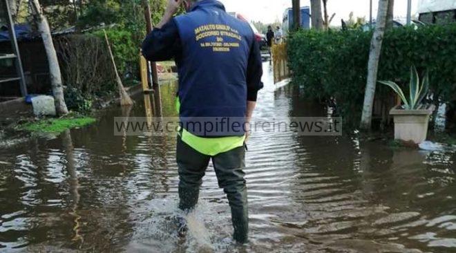 LICOLA/ Esonda il canale Abruzzese, sott'acqua aziende agricole e scuderie per l'ippoterapia - LE FOTO