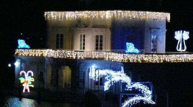 A Bacoli è già Natale, accese le luci d'artista alla Casina Vanvitelliana del Fusaro - LE FOTO