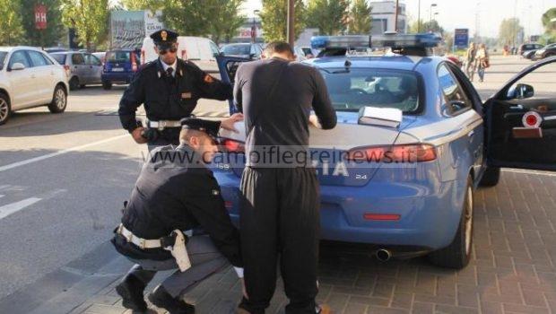 Pensione d'invalidità e reddito di cittadinanza, ma fa il parcheggiatore abusivo: arrestato