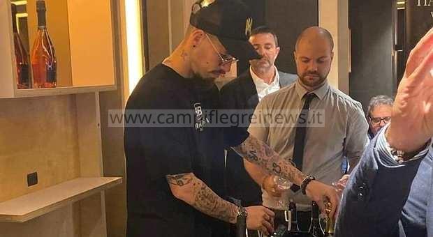 LUCRINO/ L'ex capitano azzurro Hamsik sponsorizza i prosecco del suo vigneto in un ristorante - LE FOTO
