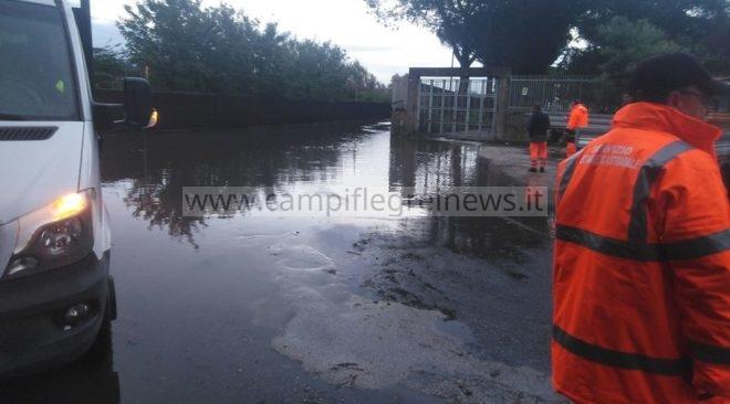 POZZUOLI/ Quartiere Reginelle isolato a causa dell'acqua alta per la pioggia