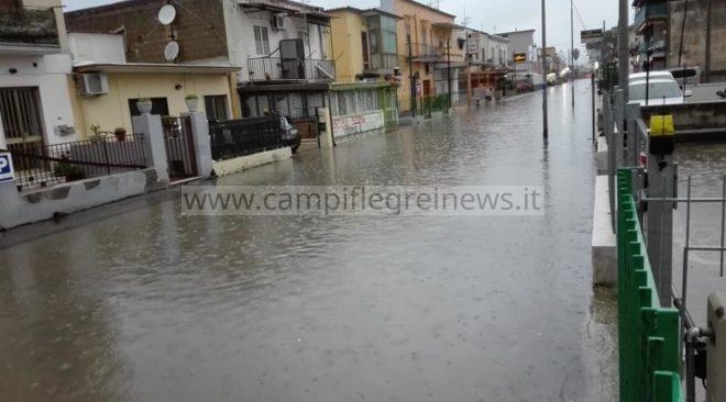 BACOLI/ Situazione critica in via Giulio Cesare al Fusaro, acqua invade abitazioni e negozi