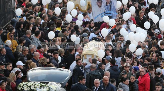 L'ultimo saluto del Rione Toiano a Giuseppe: palloncini bianchi e bara avvolta nella stuoia della Madonna - LE FOTO