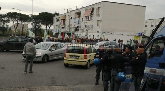 """Gli LSU ascoltati dal ministro Fioramonti a Pozzuoli all'esterno del """"Petronio"""""""