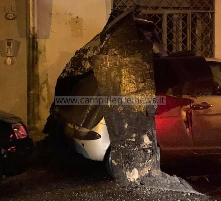BACOLI/ Il vento forte scoperchia la guaina dai tetti, che si abbatte sulle auto in sosta a via Roma - LE FOTO