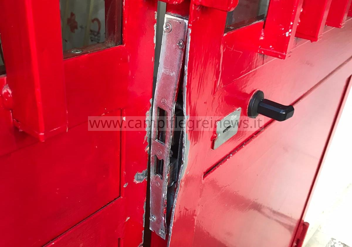 POZZUOLI/ Devastata e saccheggiata la sede della Croce Rossa, rubati alimenti e medicinali