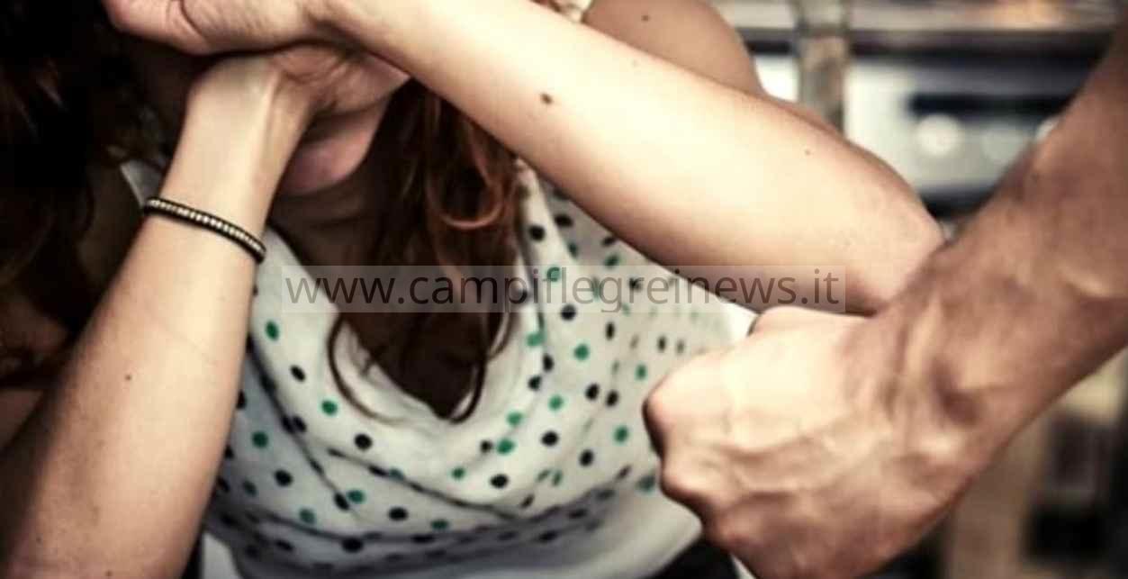 Minaccia e maltratta la moglie davanti ai figli piccoli, arrestato un 42enne