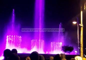 Bacoli, piazza stracolma per ammirare i comici di Made in Sud e le fontane danzanti - LE FOTO