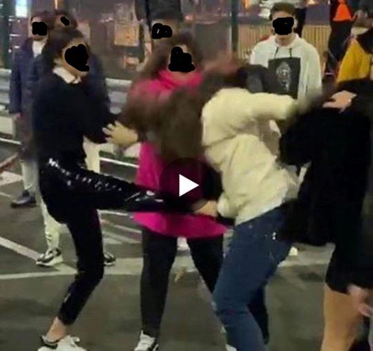 Maxi-rissa, 15 ragazzine aggrediscono coetanea nel parcheggio dell'Uci Cinemas di Casoria - LE FOTO
