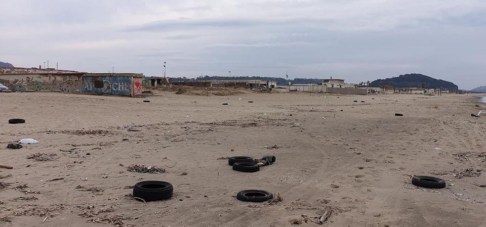 LICOLA/ Decine di pneumatici sversati sull'arenile - LE FOTO