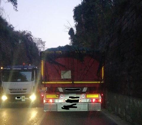 """QUARTO/ """"Mezzi pesanti bloccano via Montagna Spaccata, ma nessuno controlla?"""""""