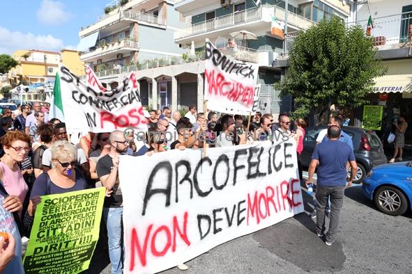 Arco Felice non deve morire, questo lo slogan dei commercianti in sciopero